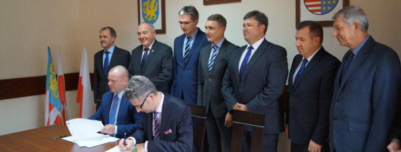 Przedstawiciel wykonawcy, Piotra Justyna z firmy Skanska S.A. oraz dyrektor Świętokrzyskiego Zarządu Dróg Wojewódzkich Damian Urbanowski złożyli swoje podpisy na umowie.