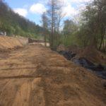 Prace przy przygotowaniu podbudowy drogi.