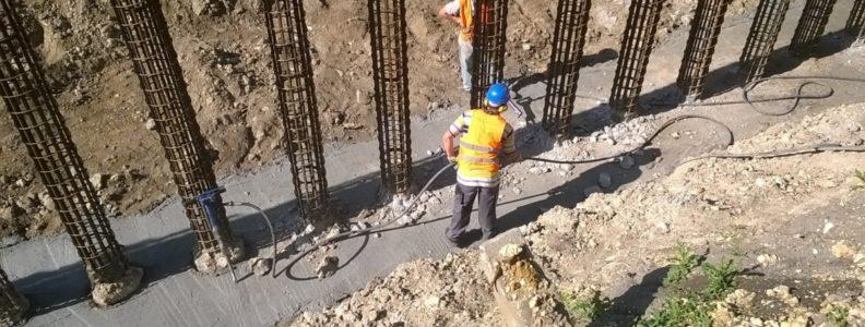 Prace przy budowie mostu.